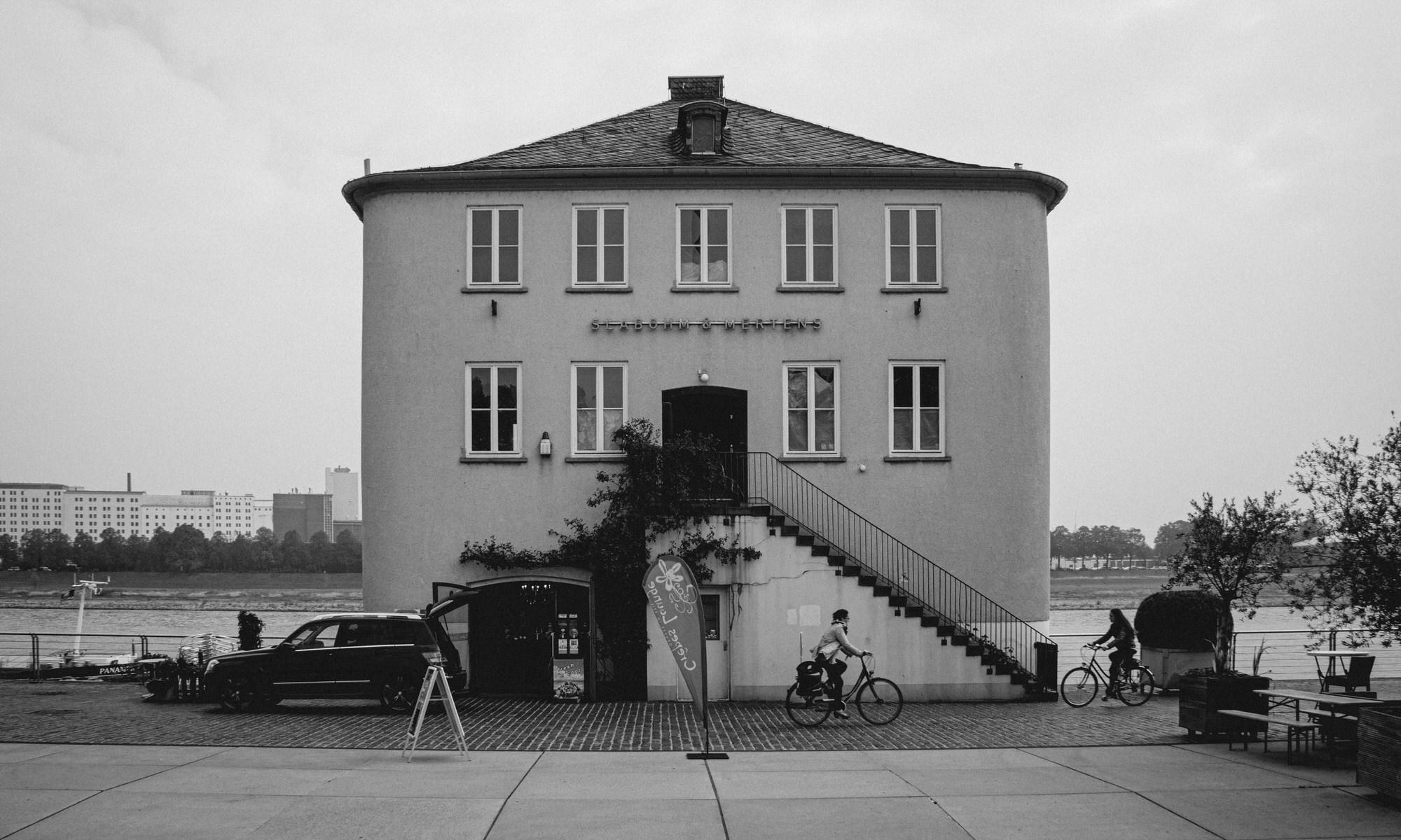 Skater am Rheinufer